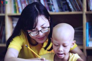 Những người trẻ tình nguyện xoa dịu nỗi đau cho bệnh nhi ung thư
