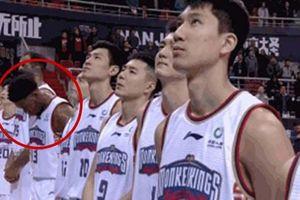 Cầu thủ bóng rổ bị phạt nặng vì không nhìn quốc kỳ Trung Quốc khi cử hành quốc ca