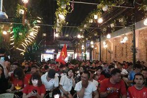 Hàng trăm người đổ về nhà Tiến Linh cổ vũ đội tuyển U22 Việt Nam