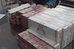 Chủ tiệm tạp hóa cùng người làm công vận chuyển mua bán 73 cây thuốc lá lậu bị phạt 110 triệu đồng