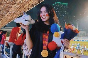 Bạn gái Văn Hậu khoe đeo HCV, check-in bên bạn trai ngay sau chung kết