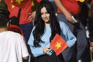 Dân mạng truy tìm cô gái 'nổi bần bật' trên khán đài trong trận chung kết bóng đá nam SEA Games 30
