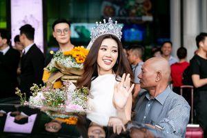 Hoa hậu Khánh Vân bị hàng trăm fans 'bao vây' khi về đến TP. HCM
