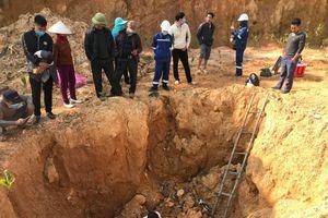Nhiều tấn chất thải nghi nguy hại chôn trộm gần bãi rác Nam Sơn