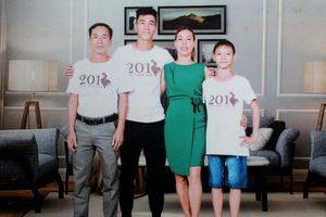 Bố mẹ Tiến Linh đóng cửa quán cà phê, bay ra Hà Nội đón con trai