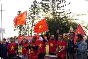 Bất chấp giá lạnh, rất nhiều cổ động viên đến sân bay Nội Bài đón đội tuyển trở về