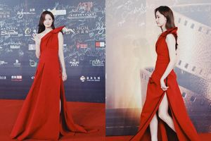 Hết mặc váy ngắn trong ngày đông, Yoona lại còn diện váy đỏ xẻ cao đẹp đến nao lòng