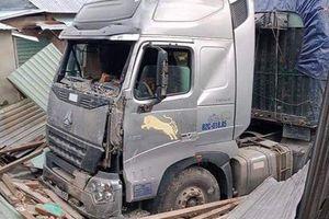 Kinh hoàng xe đầu kéo tông sập nhà dân, 3 người thoát chết