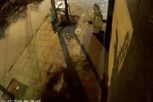 Clip: Sau tiếng nổ kinh hoàng, những tấm gạch trên vỉa hè rung chuyển rồi nổ tung
