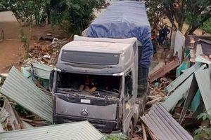 Tin mới vụ xe container đâm sập nhà dân ở Quảng Nam
