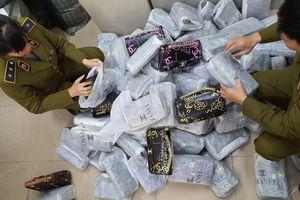 Đột kích 'kho hàng nhái' ở Hà Nội, thu 700 túi xách gắn nhãn LV, Chanel, Gucci