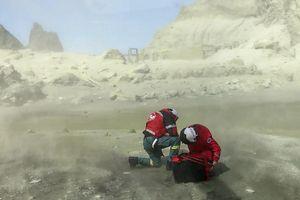 Quân đội New Zealand tìm kiếm 8 thi thể khi núi lửa vẫn hoạt động
