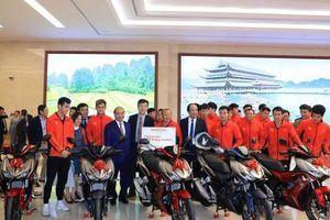 Honda tặng gần 60 xe máy cho 2 đội tuyển bóng đá Việt Nam