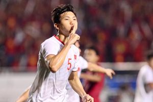 Áo số 5 của cầu thủ Đoàn Văn Hậu được bán với giá 60 triệu đồng