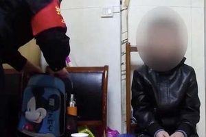Bé 10 tuổi bị bố bắt ăn xin vì không làm bài tập