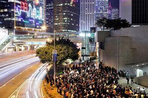 Cảnh sát Hong Kong bắt giữ nhóm biểu tình đốt phá đường phố