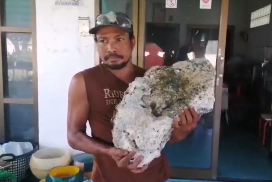 Nhặt rác trên bãi biển, bất ngờ tìm được báu vật Long Diên Hương