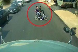 Hai học sinh đi xe đạp điện suýt bị đâm vì chạy cắt mặt container
