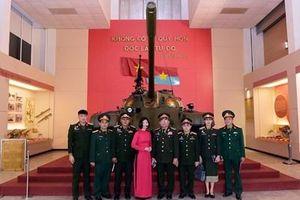 Đoàn Báo Quân đội nhân dân Lào tham quan Bảo tàng Lịch sử Quân sự Việt Nam