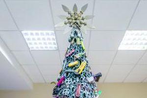 Cây thông Noel độc đáo được làm từ những vật dụng bị thu giữ tại sân bay