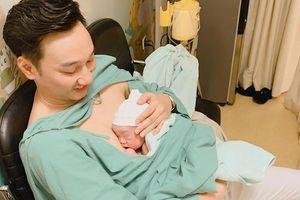 MC Thành Trung khoe 2 con trai sinh đôi đúng vào ngày U22 Việt Nam vô địch Sea Games 30