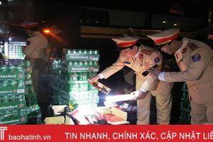 CSGT Hà Tĩnh bắt 2 xe khách chở hàng trăm két bia, rượu ngoại từ Quảng Trị ra