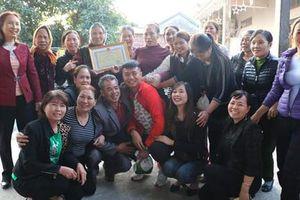 Dân làng mừng rỡ đón thủ môn Văn Toản về thăm gia đình