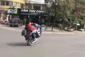 Phạt thanh niên 'bốc đầu' xe máy trên đường