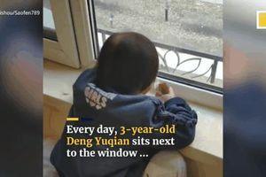 Ngày nào cũng ngồi thẫn thờ hàng giờ trước cửa sổ, hóa ra cô bé 3 tuổi đang làm điều bí mật khiến bố mẹ 'cạn lời'