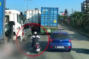 Nữ sinh may mắn thoát chết sau khi tạt đầu container