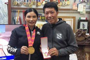 Sau SEA Games, Văn Hậu gửi HCV cho bố mẹ, Hùng Dũng tặng lại con trai