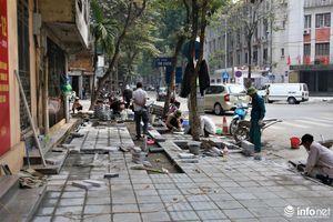 Hà Nội lại đào đường lát đá vỉa hè, phố phường bụi mù mịt