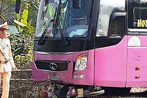Xe máy bị cuốn vào gầm xe khách trên quốc lộ, chồng tử vong, vợ nguy kịch