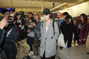 Huỳnh Tâm Dĩnh trở về Hong Kong sau 8 tháng 'lẩn trốn', rơi nước mắt trước ống kính truyền thông
