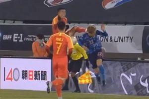Cầu thủ Trung Quốc tung chân đạp thẳng gáy đối thủ