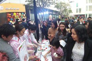 Chen chân dự Lễ hội dâu tây Hàn Quốc