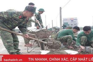 Tranh thủ ngày nghỉ, bộ đội Hà Tĩnh về làng làm nông thôn mới