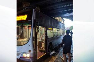 Xe bus đâm vào cầu vượt đường sắt, 8 người bị thương
