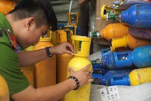 Phát hiện 78 bình khí cười được ngụy trang thành bình y tế trên xe tải ở Đà Nẵng