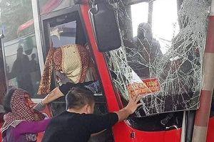 Xe khách tông trúng trạm thu phí, 5 người bị thương
