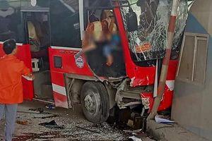 Thanh Hóa: Xe khách tông trạm thu phí, nhiều người bị thương