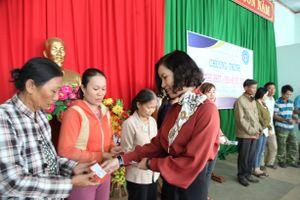 Hơn 100 người dân nghèo được tặng thẻ BHYT