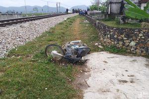 Nghệ An: Tàu hỏa đâm văng xe máy, một người gãy chân