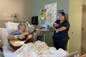 Cảm động với bản nhạc kinh điển về Giáng sinh được song ca bởi bệnh nhân ung thư và cô y tá