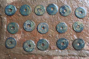 Hà Tĩnh: Phát hiện hơn 1 tạ tiền cổ khi đào móng xây nhà