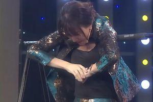 Hari Won mặc váy vẫn đu xà vượt thử thách