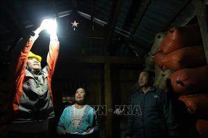 Niềm vui của người dân cực Tây Tổ quốc được sử dụng điện lưới quốc gia