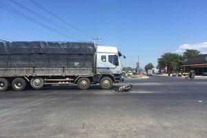 Bị truy đuổi, kẻ trộm bị xe tải tông trúng