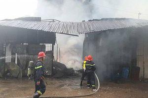 Cơ sở sản xuất dầu chai cháy dữ dội, công nhân nhảy sông thoát nạn