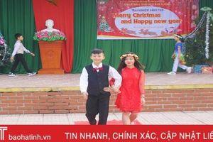 Ấn tượng màn catwalk trong chương trình 'Merry Christmas and Happy New Year' ở trường học Thạch Hà